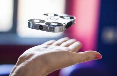 Taskukokoinen lentävä selfiekamera